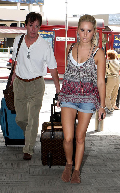 http://www.paquifansites.net/ashley/albums/Candids/2009/At%20Burbank%20Airport%20October%2021/1.jpg