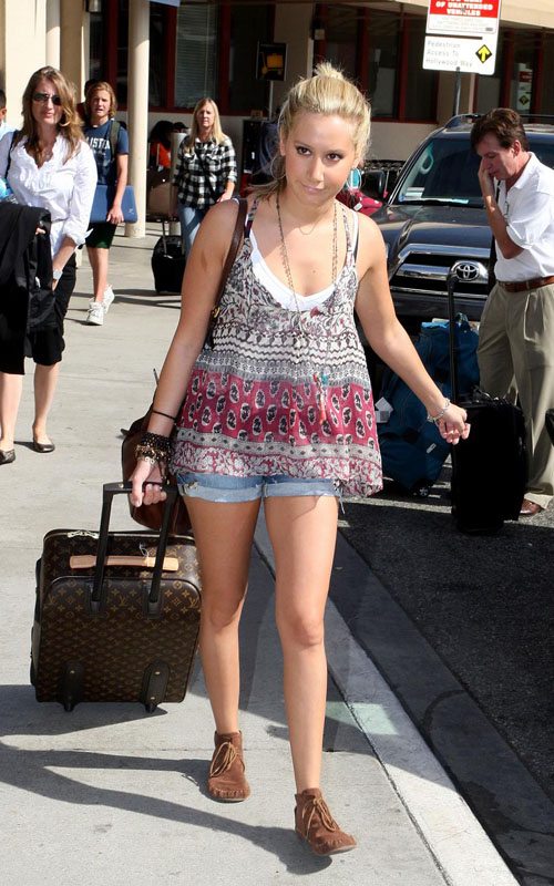 http://www.paquifansites.net/ashley/albums/Candids/2009/At%20Burbank%20Airport%20October%2021/3.jpg