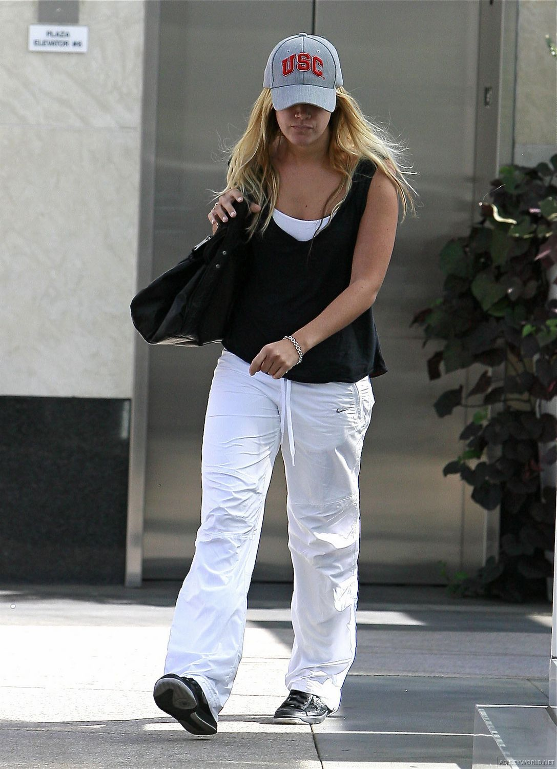 http://www.paquifansites.net/ashley/albums/Candids/2009/At%20Coffee%20Bean%20and%20Tea%20Leaf%20in%20West%20Hollywood%20October%2026/4.jpg