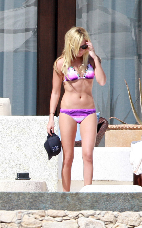 http://www.paquifansites.net/ashley/albums/Candids/2009/At%20the%20Pool%20in%20Mexico%20November%2016/6.jpg