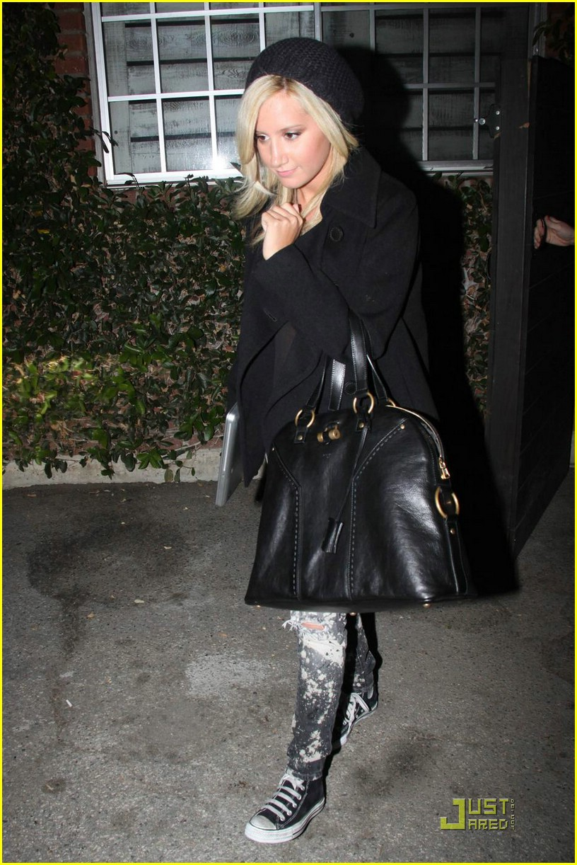 http://www.paquifansites.net/ashley/albums/Candids/2009/Leaving%20the%20Hair%20Salon%20in%20LA%20November%2020/1.jpg